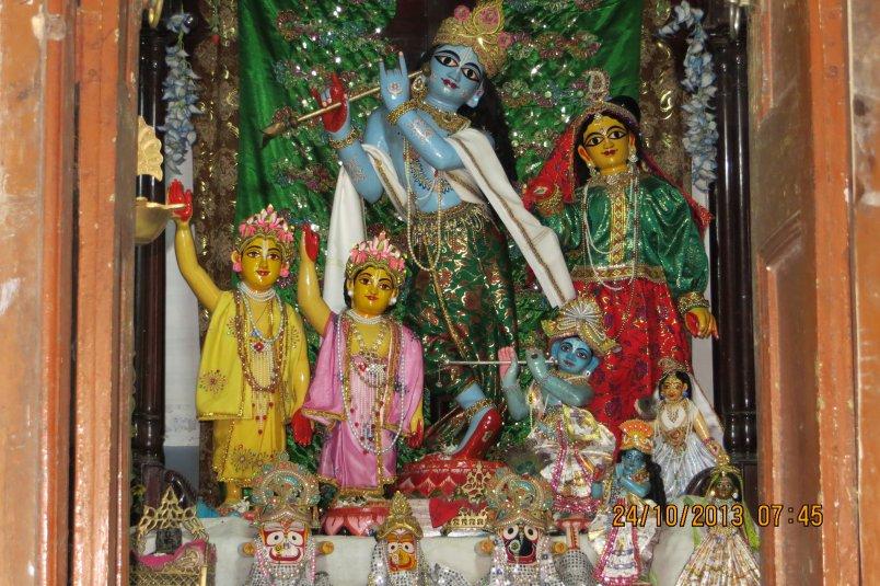 Алтарь храма Саранги Тхакура. самые большие Божества - Радха-Мадана-гопал, которым поклонялся Васудева Датта.